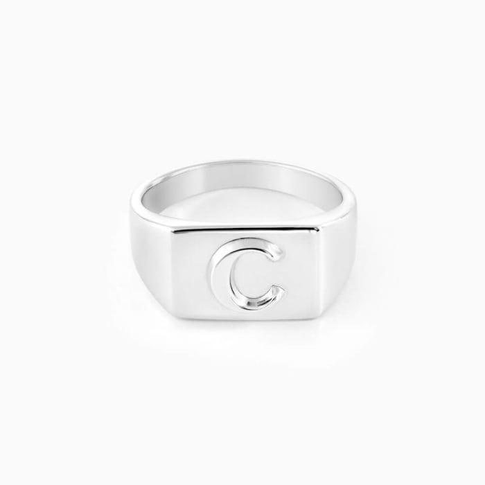 anel-feminino-com-letra-em-alto-relevo-prata